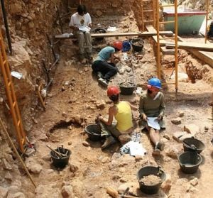 Archaeologists report on early human tools in Spanish cave